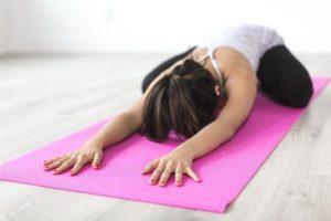 Ein Yoga Rad / Yoga Wheel kann bei vielen Übungen helfen